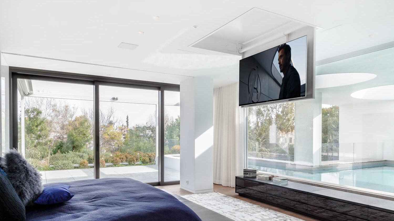 Стойка за телевизор за таван